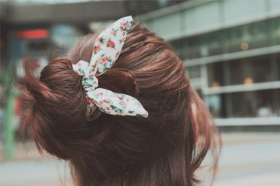 Une fille avec un chouchou en forme d'oreille de lapin est forcément un lapin