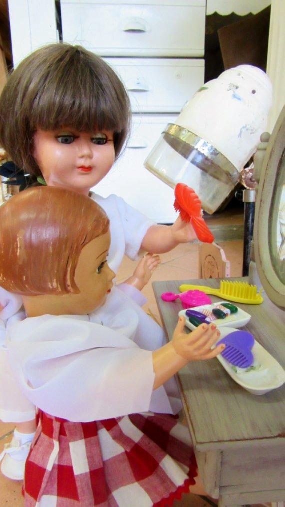 Au salon de coiffure.....