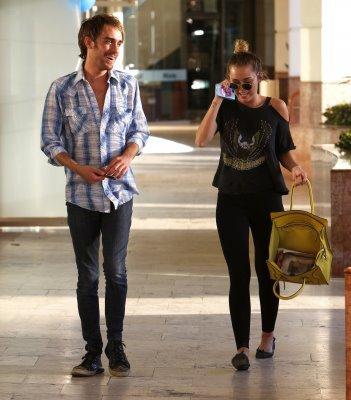 Miley & Cheyne se promènent dans Studio City.