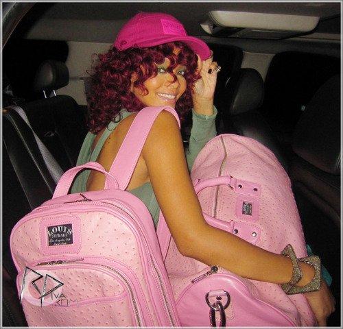 """20 Novembre ~ Rihanna quitte son hôtel à Los Angeles     \\    22 Novembre ~ Rihanna prend un avion à un aérodrome de Los Angeles   \\    Rihanna dans une voiture avec ses sacs Louis Stewart ~ 22 Novembre 2010   \\   Scans du magazine """"Interview"""" ~ Décembre    \\     Photoshoot pour Interview Magazine   \\\    25 Novembre ~ Rihanna arrive à l'aéroport """"La Guardia"""" à New York"""