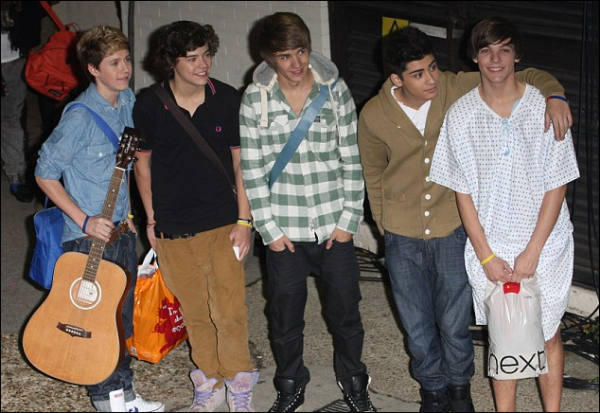 .Louis après le live et sortie avec une chemise d'hôpital, il l'a trouvé en coulisses..