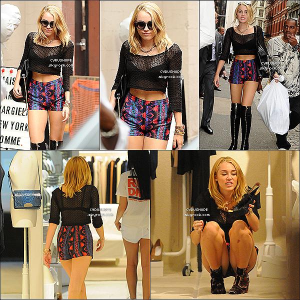 . 23/07/2012 - Miley Cyrus faisait, seule, du shopping dans les rues de New York..
