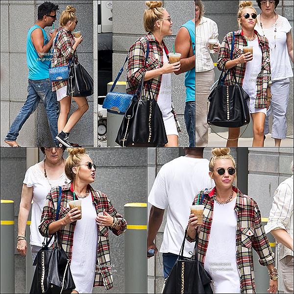 . 27/07/2012 - Miley sE baladait avec son ami Vijat Mohindra, dans Philadelphie..