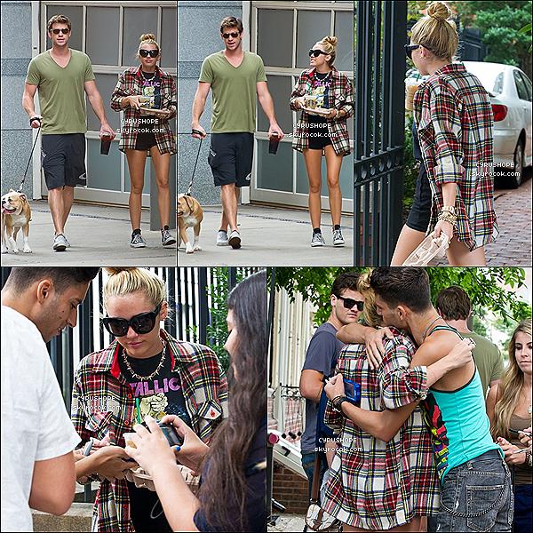 . 29/07/2012 - Miley et Liam promenaient leur chien, Ziggy, dans Philadelphie..