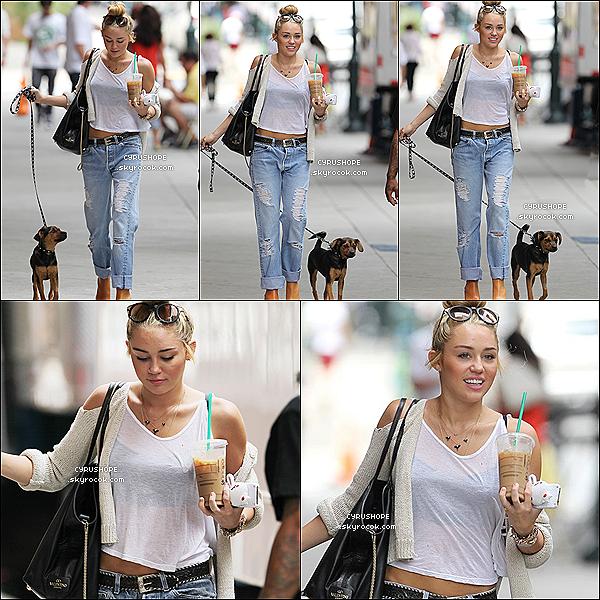 . 07/08/2012 - Miley C. promenait son chien, Happy dans les rues de Philadelphie..