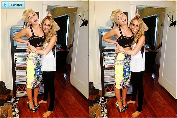 - Miley Cyrus a posté une photo d'elle en compagnie de sa mère Tish sur son Twitter.-