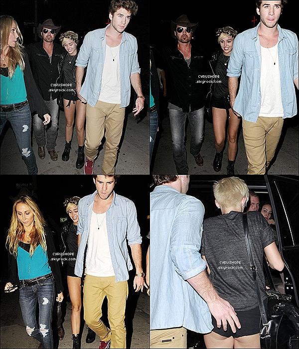 . 31/08/2012 - Miley C. quittait le concert de son père avec celui-ci, Liam et Tish !.