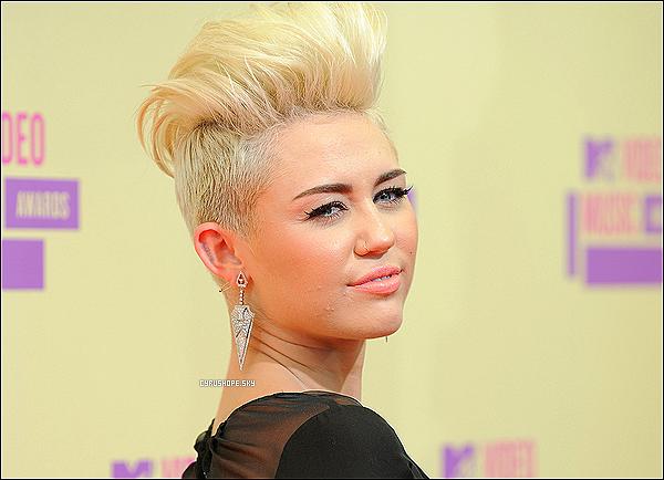 """. Miley pourrait se retrouver prochainement dans la peau d'une célèbre criminelle. En effet, Miley essayerait une nouvelle fois casser son image de petite fille ! La jeune femme  serait maintenant prête à prendre des risques ! Selon le site Zap2it, l'actrice aurait passé un casting pour la série, prochainement annoncée sur Lifetime, """"Bonnie and Clyde"""". On ne sais encore si Miley a été retenue ou non pour jouer le rôle de Bonnie. ___ A mesure de rappel, Bonnie Parker et Clyde Barrow formaient un couple de criminels qui a térorrisé l'Amérique durant les années 30. Ils auraient tué une dizaine de personnes.."""