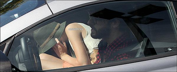 . 29/09/2012 : Miley a été vue avec Liam dans les rues de Santa Monica (Californie).Miley se cachait sous son chapeau, dans une voiture, avec son meilleur ami, Cheyne Thomas (Los Angeles)..