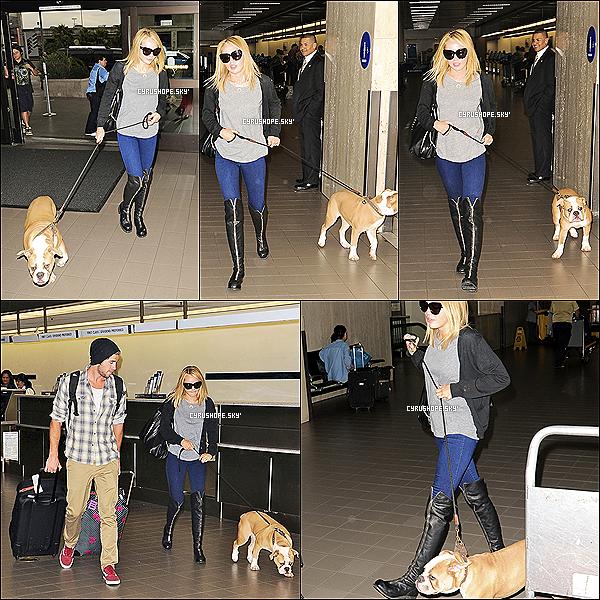 . 17/07/2012 - Miley, Liam et leur chien, Ziggy ont été aperçus à l'aéroport de LAX..