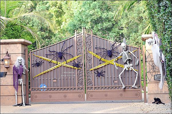 - Miley Cyrus et Liam ont décorés le portail de leur maison pour fêter Halloween !-
