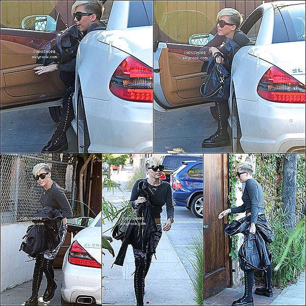 . 26/10/12 : Miley s'est rendue, seule, dans un studio d'enregistrement de Burbank. .