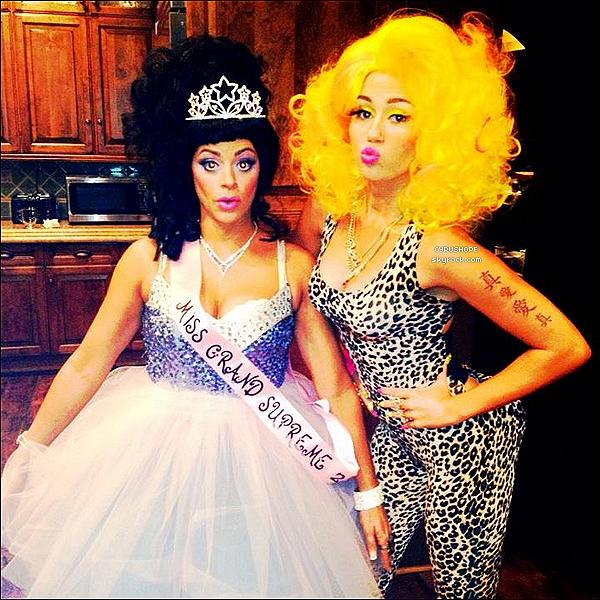 . Découvrez le déguisement d'Halloween de Miley Ray Cyrus qui est en Nicki Minaj. .