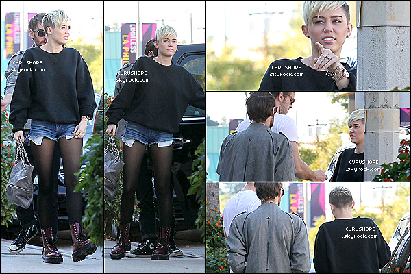 . 10/11/2012 - Miley C. quittait le restaurant Sweet Salts, seule, dans Toluca Lake.Le lendemain (11/11/12), elle se baladait, bras dessus, bras dessous, avec son fiancé, Liam dans Los Angeles..