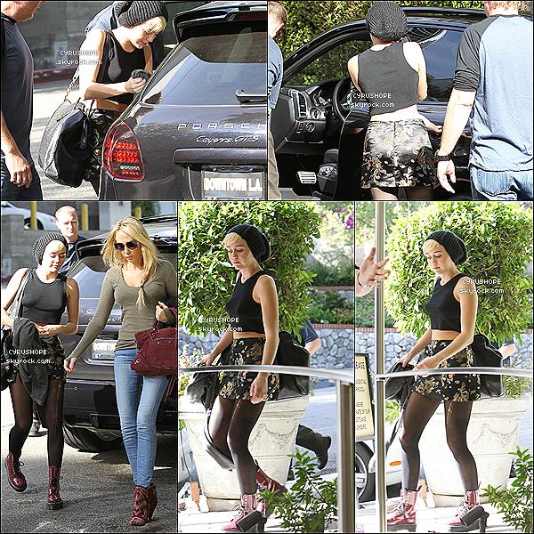 . 14/11/2012 -- Miley Cyrus a été vue dans Hollywood avec sa maman, Tish Cyrus.Mile se rendait une nouvelle fois dans un studio d'enregistrement pour la préparation de son nouvel album !.