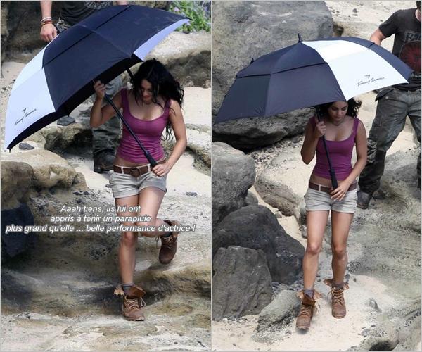 Za-Nessa-SourceMardi 9 novembre : Vanessa travaille dur sur le tournage de Journey 2 : The Mysterious Island.Za-Nessa-Source Bon c'est vrai que je me moques, je me moques mais si ça se trouve elle travaille dur pour de bon : tenir un parapluie, se rouler dans le sable et en plus retenir tout les moments où elle doit parler... surtout si elle doit autant le faire que dans Sucker Punch quoi  ! (ange)