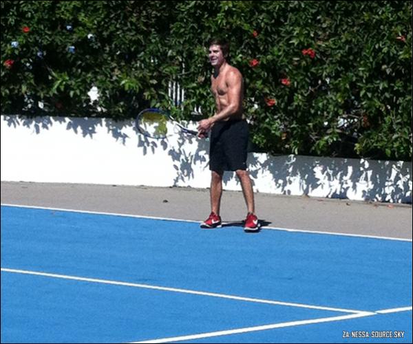 Za-Nessa-SourceMercredi 29 juin : Zac faisait une partie de tennis sans tee shirt, le visage barbouillé de crème solaire... Oh non, le coup de la crème solaire pas étalée, c'est tellement énorme que même Vanessa ne nous l'aurait pas fait !