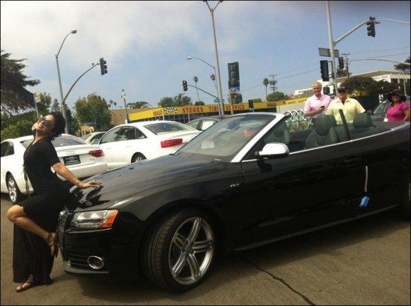 """Za-Nessa-Source""""Ahhhhhh !!!! Voici Lola... Ma nouvelle voiture j'en suis amoureuse !!!!   ;)""""   > Message et photo laissés par Vanessa sur son Facebook.... dure la vie... ! Za-Nessa-Source Enfin, elle ferait mieux de se payer une perruque.. moi je dis ça, je dis rien.."""