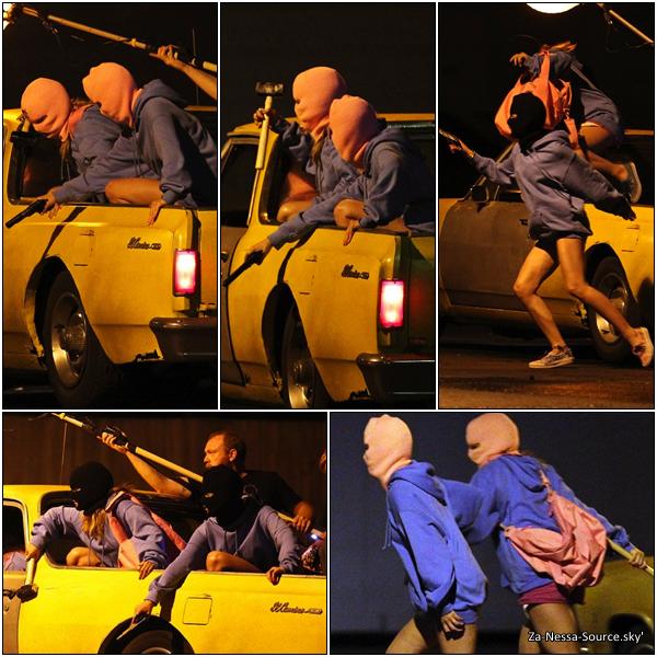 Za-Nessa-Source 15 /03 /12: Vanessa et sa co-star Ashley Benson, tournant une scène de braquage pour Spring Breakers.