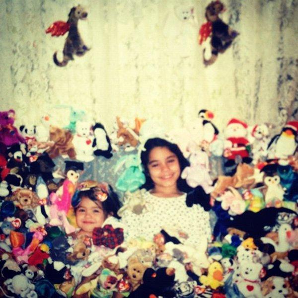 Za-Nessa-SourceEn ce jour de Thanksgiving,  (fête qu'en tant que petit européen modèle, nous ne fêtons pas meeeuh bon)  Vanessa débordait d'amour à l'égard de sa famille, ses amis, ses fans, Zac  (mauvaise blague sorry)  ... et une citrouille.Za-Nessa-Source