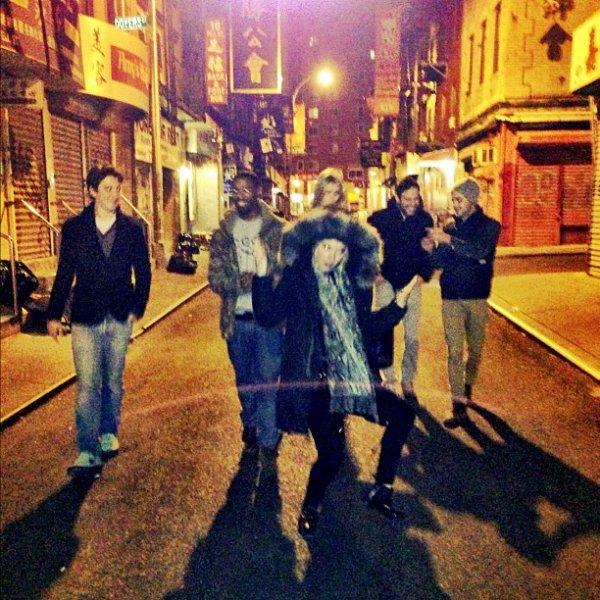 """Za-Nessa-Source (06.12.12) Zac, et le reste du cast de """"Are we officialy dating ?""""  à New York, là où le tournage a lieu.Za-Nessa-Source"""