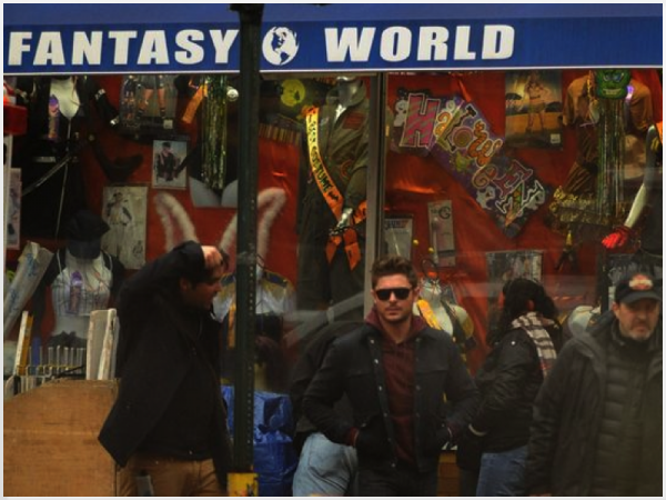 Za-Nessa-Source (16.01.13) Zac, dans un sex shop, pour tourner Are We Officialy Dating ? Za-Nessa-Source
