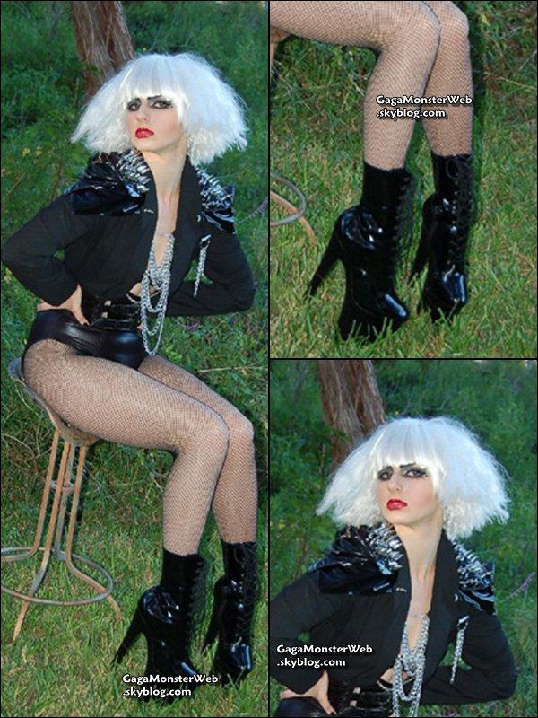 """.  1 novembre 2010 :   Lady Gaga choisit son costume préférée de Gagaween. Twitte:  """"Jusqu'ici, mon costume préféré Gagaween 2010 est de Farley ! J'ai du vérifier à 2 reprises + je pense qu'elle a volé mes chaussures ! Plus à venir !""""   ."""