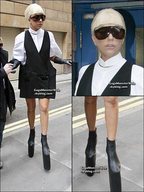 .   3 novembre 2010 :  Mother Monster a été apercu cet apres-midi dans les rues de Londres Pour moi, c'est un FLOP ! .