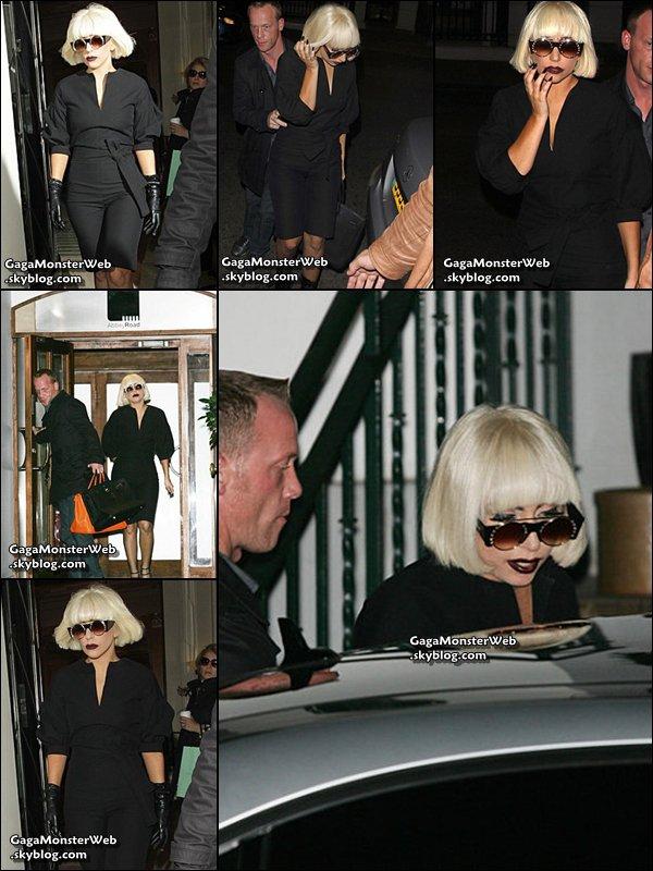 .   4 novembre 2010 :  Gaga a été aperçue quittant son hotel londonien puis quittant un studio d'enregistrement et enfin, revenant a son hotel dans Londres. Aujourd'hui, j'aime bien sa tenue ! :) Et toi ?  .
