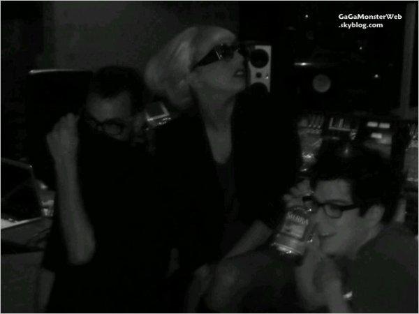 .  20 novembre 2010 :  Mother Monster a posté, une photo d'elle sur twitter, au studio d'enregistrement Banditos, elle travaillait pour son nouvel album.  Alala, même en week-end, elle travaille, enfin avec la bouteille d'alcool... :) .