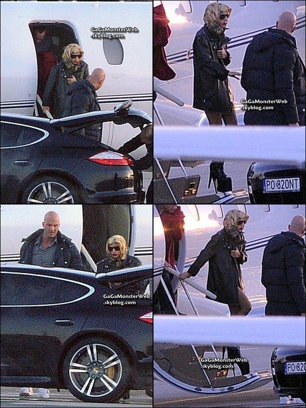 .   26 novembre 2010 :  Gaga aperçu a la sortie de son Jet, en Pologne, pour le concert de ce soir..