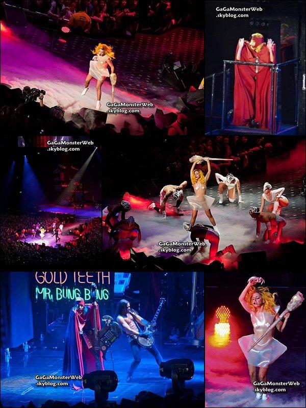 .   26 novembre 2010 :  Lady Gaga en concert a Gdansk, en Pologne. Le concert était filmé, surement en prévision d'un DVD du Monster Ball Tour ? Ça serait bien ! :)Voila ce que Gaga a déclarée a ses fans polonais lors du concert : J'ai juste envie de dire : merci beaucoup. Je ne sais pas ce que je ferais sans vous tous. Vous êtes les plus… Je ne sais même pas quoi dire. Je vous promets juste que je ne vous laisserai jamais tomber, et ce pour rien au monde. L'album est terminé et il est réellement très bon. (…) Je promets que je vous donnerai le meilleur album de cette décennie, juste pour vous. Ce qui est marrant, c'est que certaines personnes ont réduit la liberté à une marque. Ils pensent que c'est désormais une tendance d'être libre. Ils pensent que c'est branché d'être excité à propos de son identité. Alors qu'en réalité, il n'y a pas de tendance pour Born This Way. Born This Way est une énergie, cette connection que nous partageons tous. C'est quelque chose de bien plus profond qu'une perruque, ou un rouge à lèvres, ou un costume, ou une putain de robe de viande. Born This Way parle de ce qui nous laisse éveillés pendant la nuit et nous rend effrayés.  .