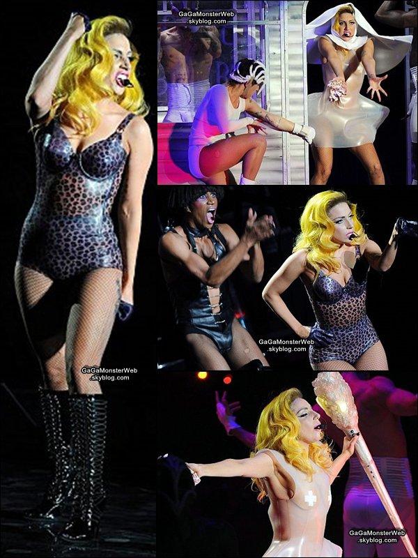.   4 décembre 2010 :  Lady Gaga en concert à  Milan, en Italie pour le Monster Ball Tour..