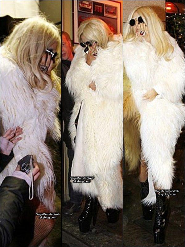 .   6 décembre 2010 :  Lady Gaga a été apercu, a la sortie d'une pizzeria à Milan..