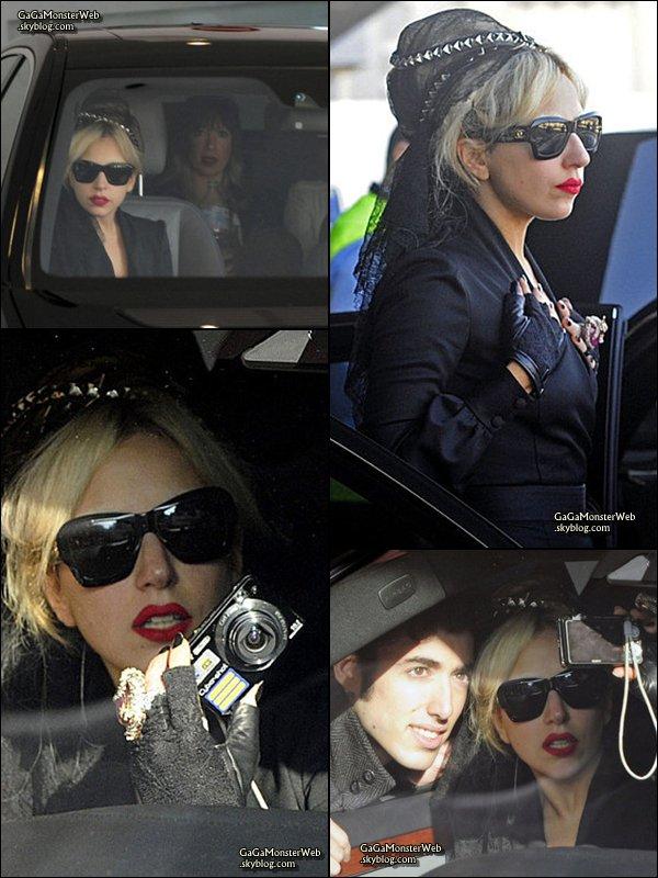 .   10 décembre 2010 :  Mother Monster aperçue arrivant à l'aéroport de Lisbonne. Pour moi, c'est un beau TOP !! Et toi ? :) .