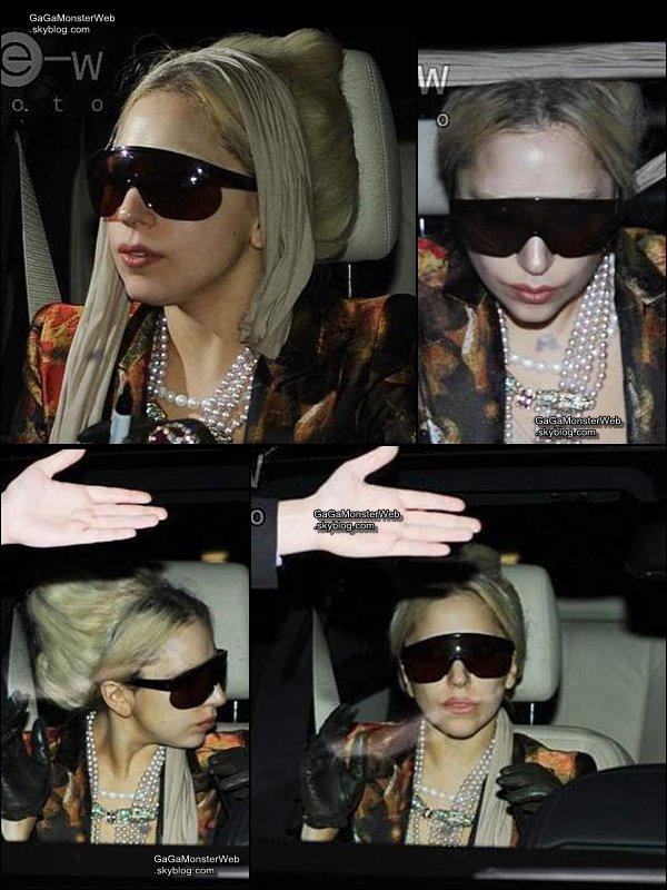.   15 décembre 2010 :  Lady Gaga a fait une apparition tres rock au concert des Semi Precious Weapons..