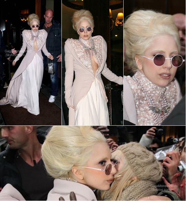 .   17 décembre 2010 :  Mother Monster aperçue à l'hôtel Park Hyatt à Paris. Pour moi, c'est un TOP ! Et toi ? .