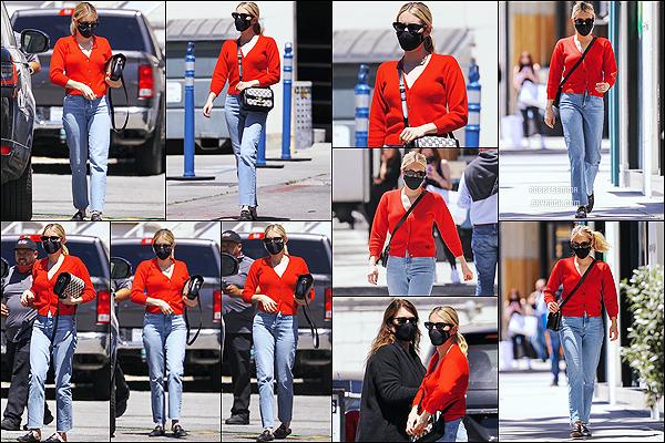 * '•-29/04/21 ─-' Emma R. a été aperçue lorsqu'elle faisait du shopping avec sa mère Kelly dans le quartier de Beverly Hills. Ca fait plaisir d'avoir une sortie d'Emma avec sa mère, ça faisait longtemps. Je suis fan de la tenue qu'elle porte. Je lui donne donc un Top *