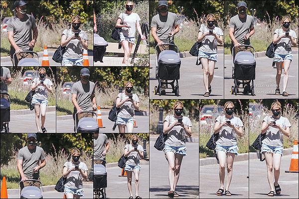 * '•-30/04/21 ─-' Emma R. a été repérée alors qu'elle se promenait avec Garrett et son fils dans le quartier de Pasadena, CA. Emma R. a profiter du beau temps pour faire une promenade en famille, en compagnie de son copain et de son fils Rhodes. C'est un Top. *