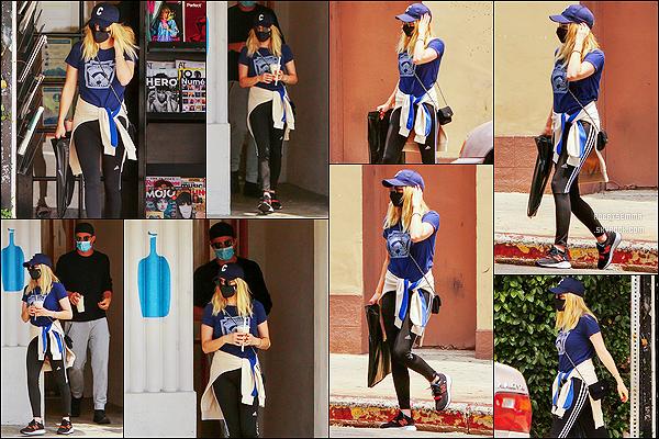 * '•-02/05/21 ─-' Emma R. a été repérée quand elle quittait un café avec son copain Garrett H. dans le quartier de Los Feliz. Emma et son copain sont allés se chercher une boisson après avoir fait un détour dans un kiosque. Tenue simple mais sympa. Donc Top ! *