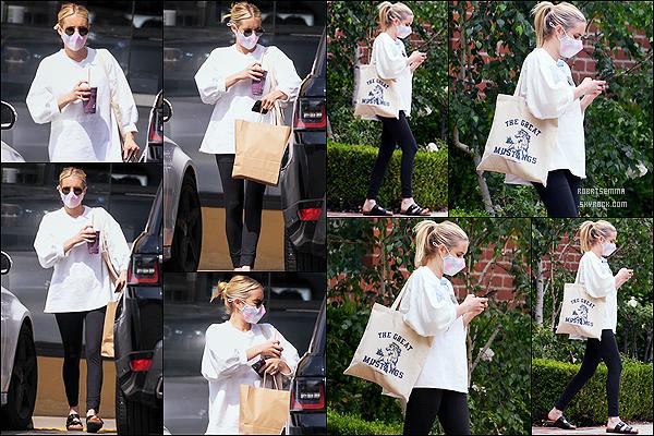 * '•-11/05/21 ─-' Emma Roberts a été photographiée, alors qu'elle se promenait dans les rues de Los Angeles, en Californie. Emma a profiter de sa promenade pour se prendre une boisson à emporter. Elle porte une tenue simple mais que j'aime bien. Donc Top ! *