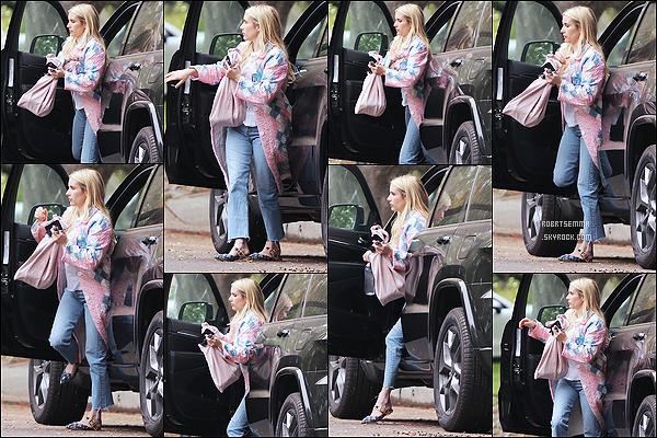 * '•-29/05/21 ─-' Emma R. a été repérée quand elle quittait sa voiture pour se rendre à son domicile dans West Hollywood. Après une sortie, Emma se rend à présent chez elle. Elle est très belle. J'aime bien la tenue qu'elle porte à part ses chaussures. Donc Top. *