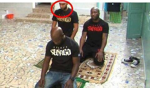la fouine  prier et cela prouve qu'il est un musulman bravo!!