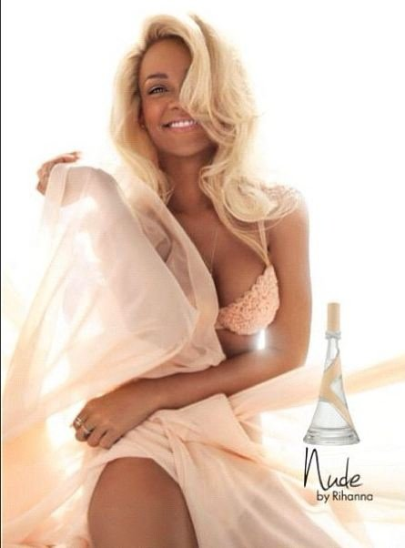 Rihanna blonde pour la photo de son parfum !