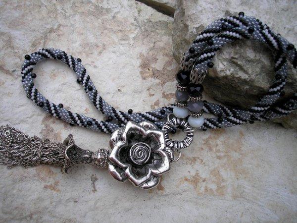 Crochet gris et fleur métal