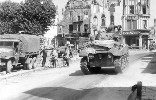31 juillet 1944 à Avranches sur la place Littré