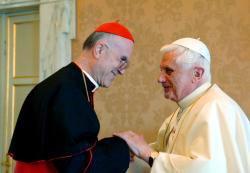 Le Cardinal Bertone invite à prier pour Benoît XVI
