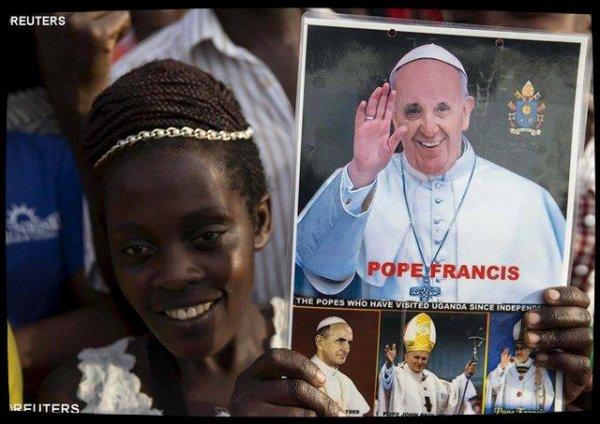 François salue le dévouement des catéchistes et enseignants ougandais