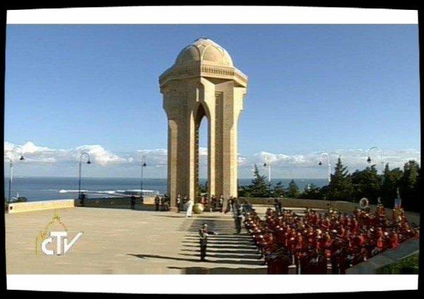 Le Pape visite le monument aux morts de Bakou