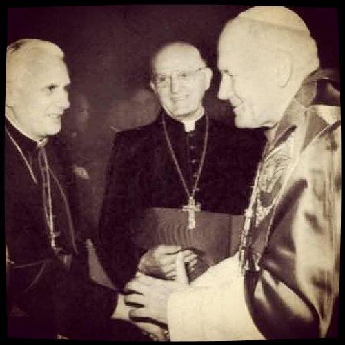 Photo où il y a les 3 derniers Pape  (Benoit XVI, Francois, Jean-Paul II)
